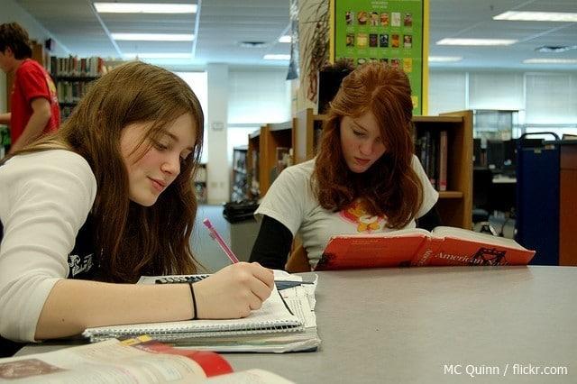 Czy studia filologiczne są konieczne do zatrudnienia w biurze tłumaczeń? 1